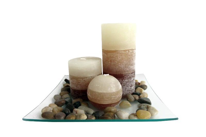 Dárkový set 3 svíčky ,vůně vanilka, na skleněném podnosu s kameny.