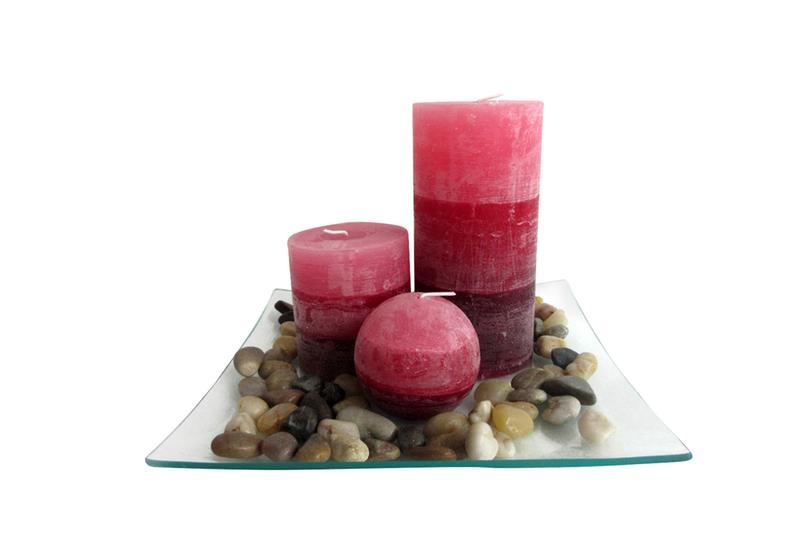 Dárkový set 3 svíčky ,vůně skořice, na skleněném podnosu s kameny.
