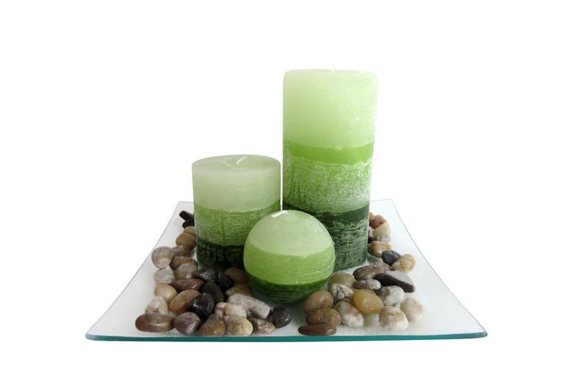 """Dárkový set 3 svíček s vůní """"zelený čaj"""" na skleněném podnosu s kameny"""